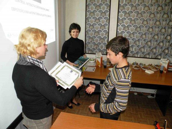 Награждение в конкурсе рисунков и эссе. Октябрь, 2013 год